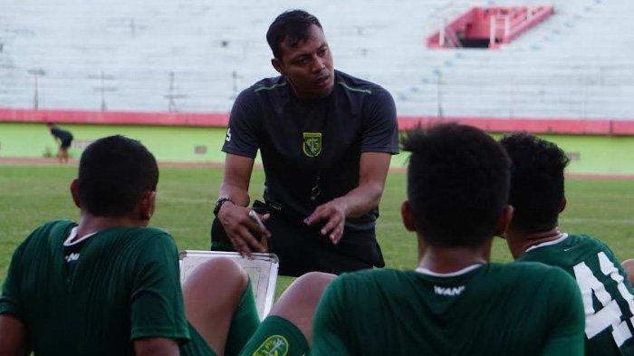 Bejo Sugiantoro, Asisten Pelatih Persebaya Surabaya sedang menyiapkan strategi khusus jelang menghadapi PSIS Semarang di Stadion Gelora Bung Tomo