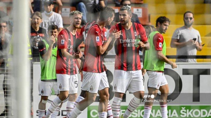 Bek AC Milan Prancis Theo Hernandez (kanan) memberi selamat kepada penyerang Italia AC Milan Daniel Maldini (tengah) setelah Maldini membuka skor selama pertandingan sepak bola Serie A Italia antara Spezia dan AC Milan pada 25 September 2021 di stadion Alberto-Picco di La Spezia .