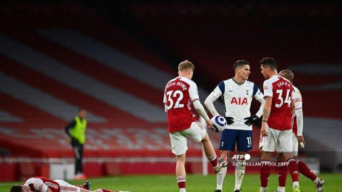 Bek Arsenal asal Skotlandia Kieran Tierney (kiri) cedera setelah mendapat tantangan dari gelandang Argentina Tottenham Hotspur Erik Lamela (kedua dari kanan) yang mengakibatkan kartu kuning kedua dikeluarkan saat pertandingan sepak bola Liga Premier Inggris antara Arsenal dan Tottenham Hotspur di Emirates Stadium di London pada tanggal 14 Maret 2021.