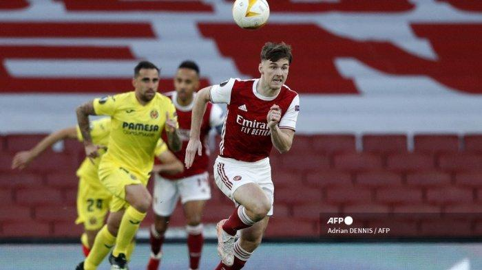 Bek Arsenal asal Skotlandia Kieran Tierney mengejar bola selama pertandingan sepak bola leg kedua semifinal Liga Eropa UEFA antara Arsenal dan Villarreal di Emirates Stadium di London pada 6 Mei 2021. Adrian DENNIS / AFP
