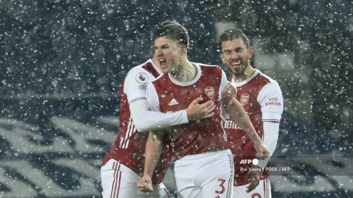 Bek Arsenal asal Skotlandia Kieran Tierney (tengah) melakukan selebrasi setelah mencetak gol pembuka dalam pertandingan sepak bola Liga Utama Inggris antara West Bromwich Albion dan Arsenal di stadion The Hawthorns di West Bromwich, Inggris tengah, pada 2 Januari 2021. Rui Vieira / POOL / AFP