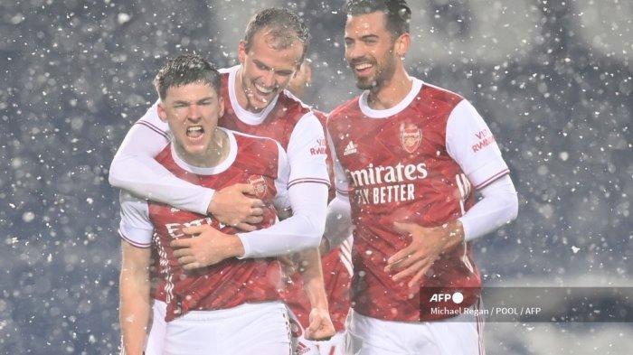 Bek Arsenal asal Skotlandia Kieran Tierney (kiri) melakukan selebrasi setelah mencetak gol pembuka pada pertandingan sepak bola Liga Utama Inggris antara West Bromwich Albion dan Arsenal di stadion The Hawthorns di West Bromwich, Inggris tengah, pada 2 Januari 2021.