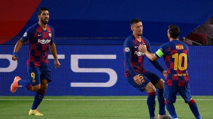 Bek Barcelona Prancis Clement Lenglet (tengah) merayakan dengan penyerang Argentina Barcelona Lionel Messi (kanan) dan pemain depan Barcelona Luis Suarez (kanan) setelah mencetak gol selama pertandingan sepak bola leg kedua babak 16 besar Liga Champions UEFA antara FC Barcelona dan Napoli di Stadion Camp Nou di Barcelona pada 8 Agustus 2020. LLUIS GENE / AFP