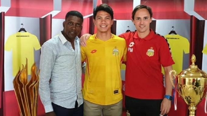 Bek baru Bhayangkara FC, Achmad Jufriyanto (tengah) saat diperkenalkan menjadi pemain baru bersama pelatih Paul Munster (kanan).