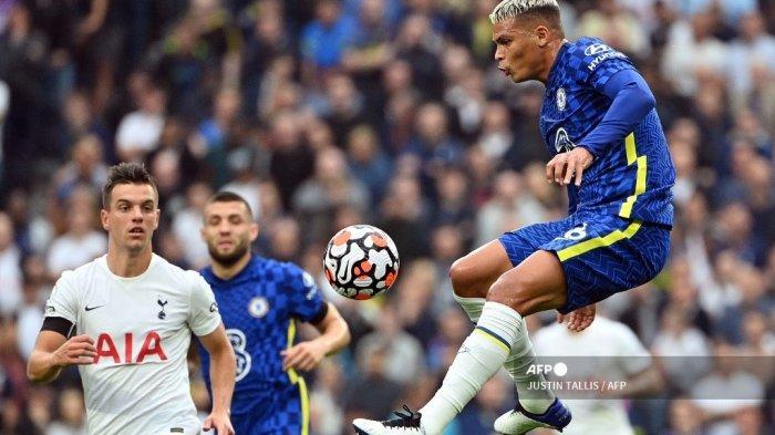 Bek Chelsea asal Brasil, Thiago Silva (kanan) melompati bola saat pertandingan sepak bola Liga Inggris antara Tottenham Hotspur dan Chelsea di Stadion Tottenham Hotspur di London, pada 19 September 2021.