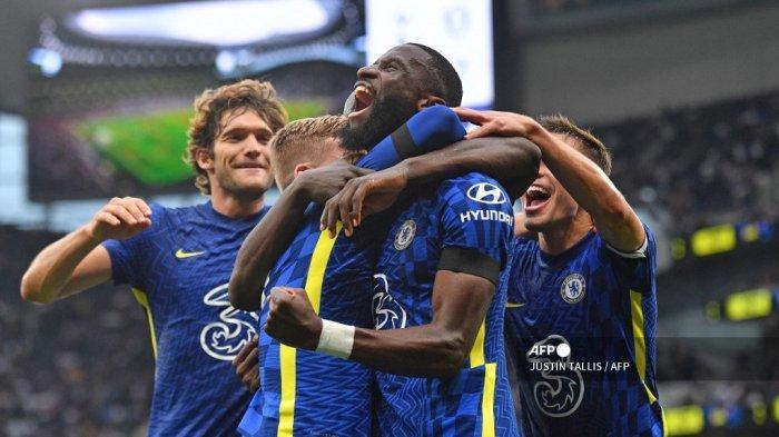Bek Chelsea asal Jerman Antonio Rudiger (tengah) merayakan mencetak gol ketiga timnya selama pertandingan sepak bola Liga Inggris antara Tottenham Hotspur dan Chelsea di Stadion Tottenham Hotspur di London, pada 19 September 2021. JUSTIN TALLIS / AFP