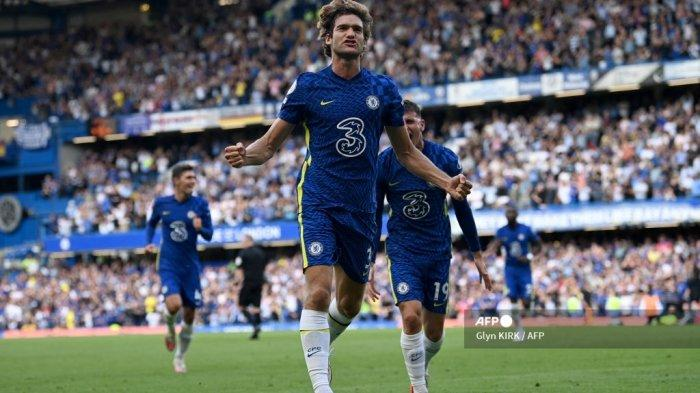 Bek Chelsea asal Spanyol Marcos Alonso merayakan gol pertama timnya dalam pertandingan sepak bola Liga Inggris antara Chelsea dan Crystal Palace di Stamford Bridge di London pada 14 Agustus 2021.