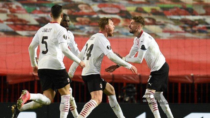 Bek Denmark AC Milan Simon Kjaer (tengah) merayakan gol pertama mereka untuk menyamakan kedudukan 1-1 selama pertandingan leg pertama babak 16 besar Liga Eropa UEFA antara Manchester United dan AC Milan di Old Trafford di Manchester, barat laut Inggris, pada 11 Maret , 2021. Oli SCARFF / AFP