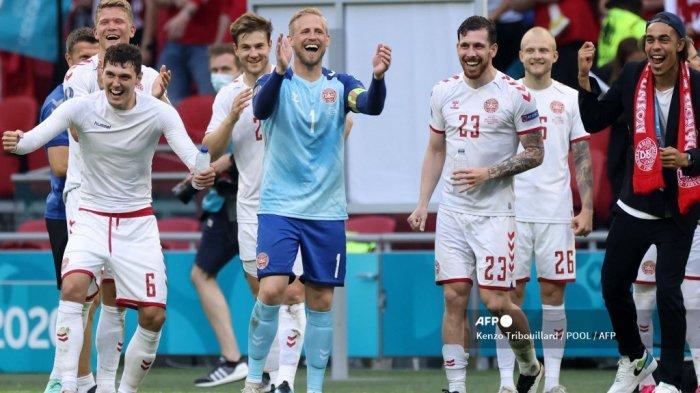 Bek Denmark Andreas Christensen (kiri), kiper Denmark Kasper Schmeichel (2L), gelandang Denmark Pierre Hojbjerg (2R) dan pemain depan Denmark Yussuf Poulsen (kanan) memberi isyarat kepada para penggemar mereka di akhir babak 16 besar UEFA EURO 2020 pertandingan sepak bola antara Wales dan Denmark di Johan Cruyff Arena di Amsterdam pada 26 Juni 2021.