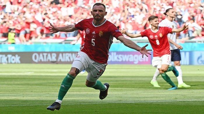 Bek Hungaria Attila Fiola merayakan mencetak gol pembuka pada pertandingan sepak bola Grup F UEFA EURO 2020 antara Hungaria dan Prancis di Puskas Arena di Budapest pada 19 Juni 2021.