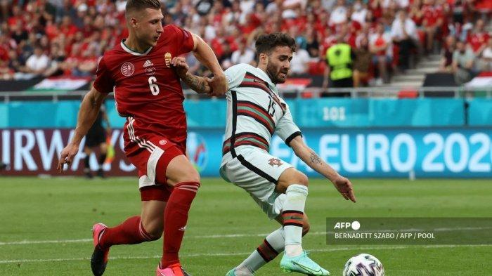 Bek Hungaria Willi Orban (kiri) melakukan pelanggaran terhadap pemain depan Portugal Rafa Silva di area penalti selama pertandingan sepak bola Grup F UEFA EURO 2020 antara Hungaria dan Portugal di Puskas Arena di Budapest pada 15 Juni 2021. BERNADETT SZABO / AFP / POOL