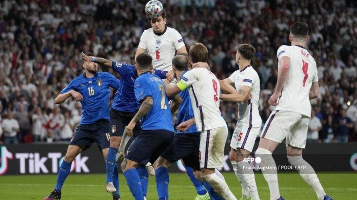 Bek Inggris Harry Maguire (atas) menyundul bola saat pertandingan final sepak bola UEFA EURO 2020 antara Italia dan Inggris di Stadion Wembley di London pada 11 Juli 2021.