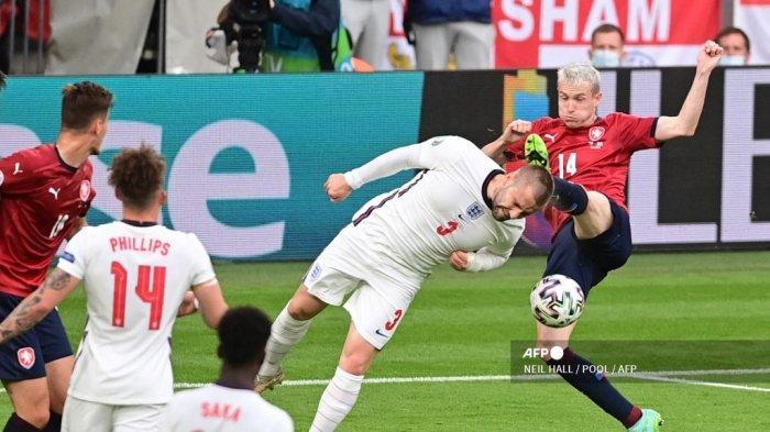 Bek Inggris Luke Shaw menyundul bola di depan gelandang Republik Ceko Jakub Jankto (kanan) selama pertandingan sepak bola Grup D UEFA EURO 2020 antara Republik Ceko dan Inggris di Stadion Wembley di London pada 22 Juni 2021.