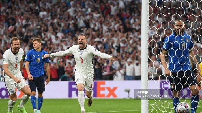 Bek Inggris Luke Shaw (tengah) melakukan selebrasi setelah mencetak gol pembuka pada pertandingan final sepak bola UEFA EURO 2020 antara Italia dan Inggris di Stadion Wembley di London pada 11 Juli 2021.