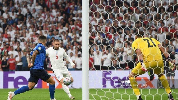 Bek Inggris Luke Shaw (tengah) melakukan tendangan untuk mencetak gol pembuka pada pertandingan sepak bola final UEFA EURO 2020 antara Italia dan Inggris di Stadion Wembley di London pada 11 Juli 2021.