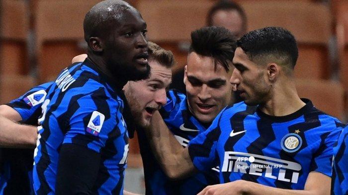 Bek Inter Milan asal Slovakia, Milan Skriniar (2ndL) merayakan bersama rekan satu timnya setelah mencetak gol dalam pertandingan sepak bola Serie A Italia Inter Milan vs Atalanta di stadion San Siro di Milan pada 8 Maret 2021. Miguel MEDINA / AFP
