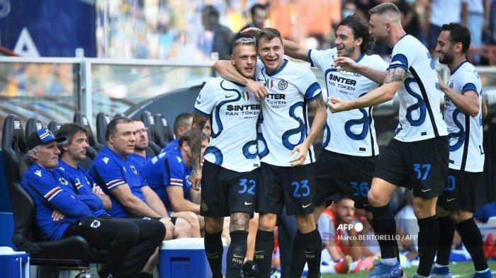 Bek Inter Milan Italia Federico Dimarco (kiri) merayakan dengan rekan setimnya setelah mencetak gol pembuka selama pertandingan sepak bola Serie A Italia antara Sampdoria dan Inter Milan di Stadion Luigi Ferraris di Genoa pada 12 September 2021.