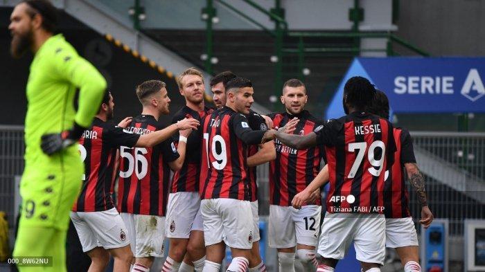 Bek Italia AC Milan, Alessio Romagnoli (Belakang C) melakukan selebrasi setelah membuka skor pada pertandingan sepak bola Serie A Italia AC Milan vs Fiorentina pada 29 November 2020 di stadion San Siro di Milan. Tiziana FABI / AFP