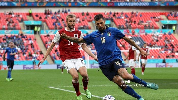 Bek Italia Francesco Acerbi (kanan) ditandai oleh gelandang Austria Konrad Laimer selama pertandingan sepak bola babak 16 besar UEFA EURO 2020 antara Italia dan Austria di Stadion Wembley di London pada 26 Juni 2021.