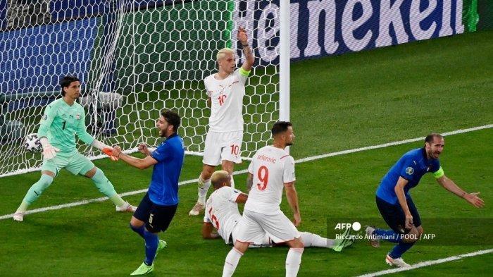 Bek Italia Giorgio Chiellini (kanan) merayakan setelah mencetak gol, sebelum gol dianulir karena handball setelah pemeriksaan VAR, selama pertandingan sepak bola Grup A UEFA EURO 2020 antara Italia dan Swiss di Stadion Olimpiade di Roma pada 16 Juni 2021.