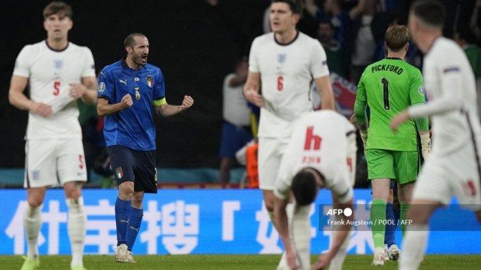 Bek Italia Giorgio Chiellini (kedua dari kiri) merayakan setelah gol pertama timnya selama pertandingan sepak bola final UEFA EURO 2020 antara Italia dan Inggris di Stadion Wembley di London pada 11 Juli 2021. Frank Augstein / POOL / AFP
