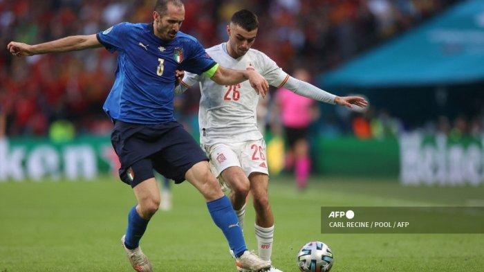 Bek Italia Giorgio Chiellini (kiri) dan penyerang Spanyol Pedri berebut bola selama pertandingan sepak bola semifinal UEFA EURO 2020 antara Italia dan Spanyol di Stadion Wembley di London pada 6 Juli 2021.