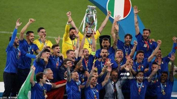 Bek Italia Giorgio Chiellini (tengah) mengangkat trofi Kejuaraan Eropa selama presentasi setelah Italia memenangkan pertandingan sepak bola final UEFA EURO 2020 antara Italia dan Inggris di Stadion Wembley di London pada 11 Juli 2021. JOHN SIBLEY / POOL / AFP