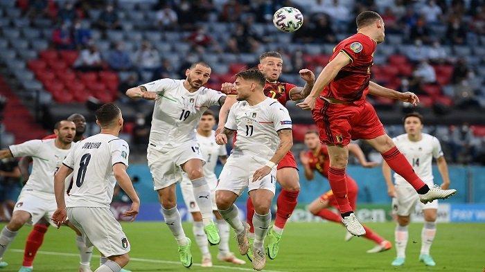 Bek Italia Leonardo Bonucci (C-L) menyundul bola dengan bek Belgia Toby Alderweireld (C-R) selama pertandingan sepak bola perempat final UEFA EURO 2020 antara Belgia dan Italia di Allianz Arena di Munich pada 2 Juli 2021.