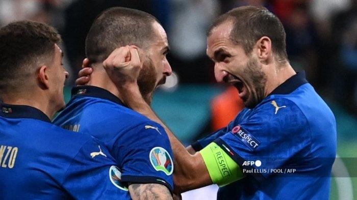 Bek Italia Leonardo Bonucci (tengah) merayakan dengan bek Italia Giorgio Chiellini (kanan) setelah mencetak gol pertama tim selama pertandingan sepak bola final UEFA EURO 2020 antara Italia dan Inggris di Stadion Wembley di London pada 11 Juli 2021. Paul ELLIS / POOL / AFP