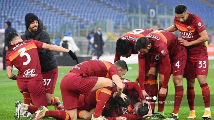 Bek Italia Roma Gianluca Mancini (Kanan Bawah) merayakan bersama rekan satu timnya setelah mencetak gol penyeimbang pada pertandingan sepak bola Serie A Italia AS Roma vs Inter Milan pada 10 Januari 2021 di stadion Olimpiade di Roma. Vincenzo PINTO / AFP