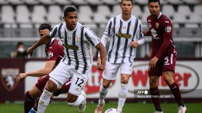Bek Juventus asal Brasil Alex Sandro mengontrol bola selama pertandingan sepak bola Serie A Italia Torino vs Juventus pada 3 April 2021 di stadion Olimpiade di Turin. Marco BERTORELLO / AFP