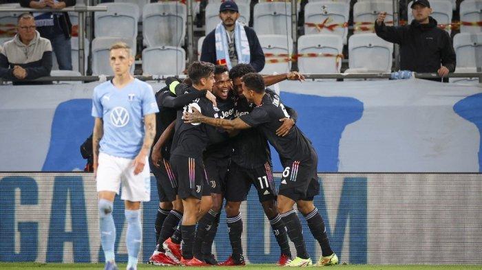 Bek Juventus asal Brasil Alex Sandro (tengah) merayakan mencetak gol pembuka dengan rekan satu timnya selama pertandingan sepak bola grup H Liga Champions Malmo FF vs Juventus F.C. di Malmo, Swedia pada 14 September 2021. Anders Bjuro / TT NEWS AGENCY / AFP