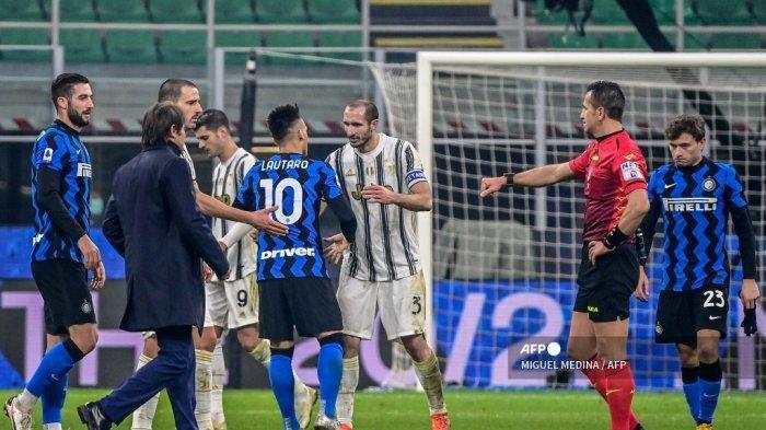 Bek Juventus Italia Giorgio Chiellini (tengah) mengucapkan selamat kepada penyerang Argentina Inter Milan Lautaro Martinez, saat wasit Italia Daniele Doveri (2ndR) bersiap untuk menyentuh bek Italia Juventus Leonardo Bonucci (3rdL) di akhir pertandingan sepak bola Serie A Italia Inter vs Juventus pada 17 Januari 2021 di stadion San Siro di Milan. MIGUEL MEDINA / AFP