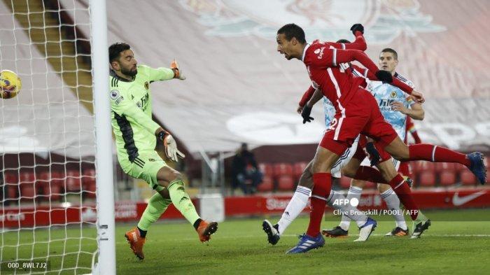 Bek Kamerun kelahiran Jerman kelahiran Jerman, Joel Matip, mencetak gol ketiga selama pertandingan sepak bola Liga Premier Inggris antara Liverpool dan Wolverhampton Wanderers di Anfield di Liverpool, Inggris barat laut pada 6 Desember 2020. CLIVE BRUNSKILL / POOL / AFP