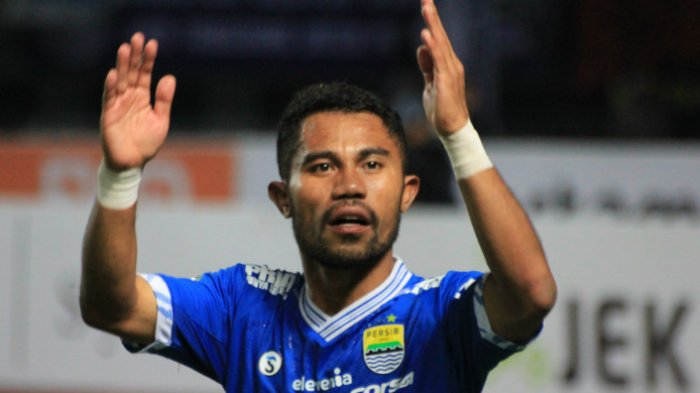 Bek kiri Persib Bandung asal Ternate, Ardi Idrus saat menyapa Bobotoh seusai mengalahkan PSM Makassar di Stadion Gelora Bandung Lautan Api (23/5/2018).