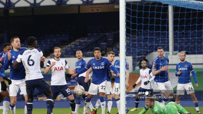 Bek Kolombia Tottenham Hotspur Davinson Sanchez (2L) mencetak gol ketiga timnya selama pertandingan sepak bola putaran kelima Piala FA Inggris antara Everton dan Tottenham Hotspur di Goodison Park di Liverpool, barat laut Inggris pada 10 Februari 2021.
