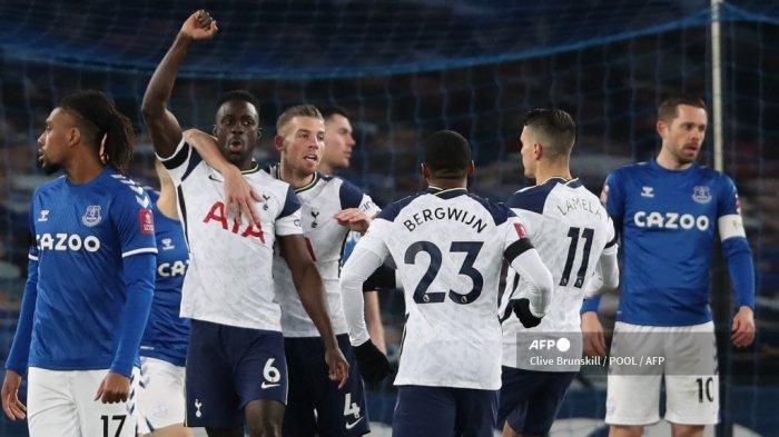 Bek Kolombia Tottenham Hotspur Davinson Sanchez (2L) merayakan bersama rekan setimnya setelah ia mencetak gol pembuka timnya selama pertandingan sepak bola putaran kelima Piala FA Inggris antara Everton dan Tottenham Hotspur di Goodison Park di Liverpool, barat laut Inggris pada 10 Februari 2021. CLIVE BRUNSKILL / POOL / AFP