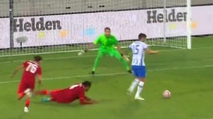 Bek Liverpool, Virgil van Dijk (bawah), digocek penyerang Hertha Berlin, Stevan Jovetic, dalam duel pramusim.