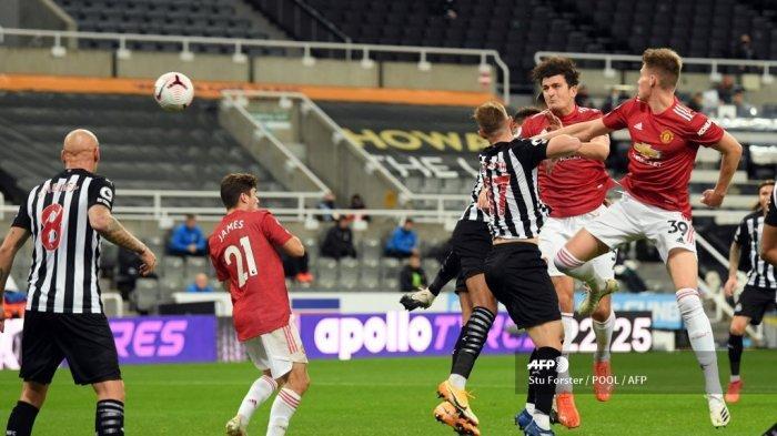 Bek Inggris Manchester United Harry Maguire (5L) mencetak gol penyeimbang dari sebuah sundulan selama pertandingan sepak bola Liga Utama Inggris antara Newcastle United dan Manchester United di St James 'Park di Newcastle-upon-Tyne, Inggris timur laut pada 17 Oktober 2020.