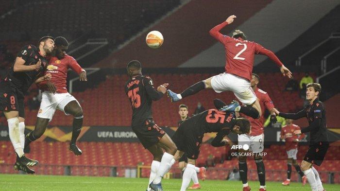 Laptop Seharga Puluhan Juta Rusak Kena Bola Tendangan Manchester United