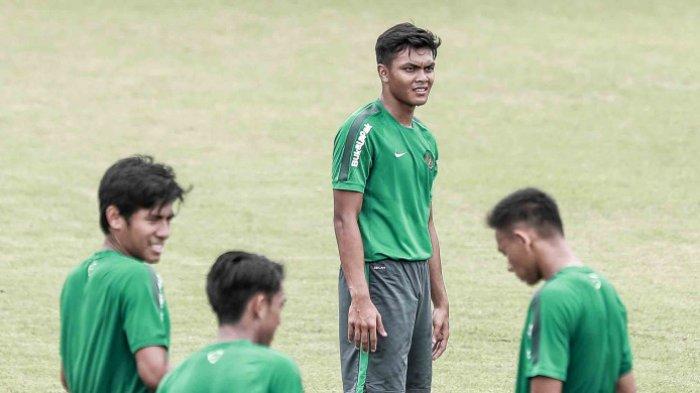 Bek Persebaya Surabaya, Rachmat Irianto, saat mengikuti training camp (TC) timnas U-23 Indonesia di Lapangan ABC, Senayan, Jakarta pada Rabu (17/1/2018) pagi WIB.