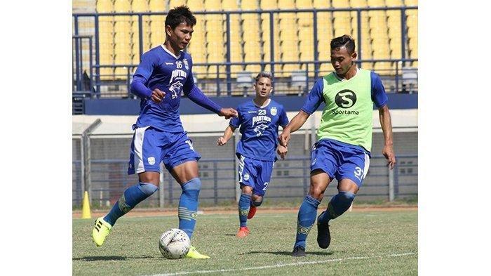 Bek Persib Bandung Achmad Jufriyanto (kiri) berusaha mengontrol bola dari kawalan Michlis Hadi Ninh Syaifulloh saat mengikuti latihan di Stadion Si Jalak Harupat, Kabupaten Bandung, Selasa (23/7). Pelatih Robert Rene Alberts menyiapkan skema pemain jelang pertandingan lawan Bali United.