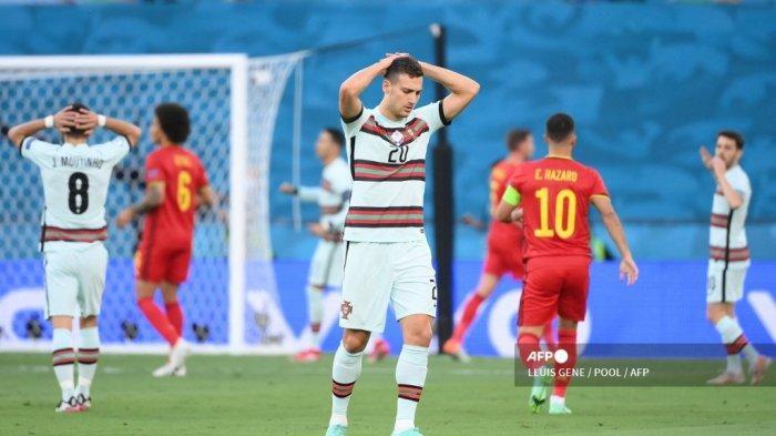 Bek Portugal Joao Cancelo bereaksi atas kehilangan peluang gol selama pertandingan sepak bola babak 16 besar UEFA EURO 2020 antara Belgia dan Portugal di Stadion La Cartuja di Seville pada 27 Juni 2021. LLUIS GENE / POOL / AFP