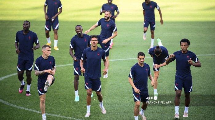 Bek Prancis Lucas Digne, bek Prancis Raphael Varane, penyerang Prancis Wissam Ben Yedder, dan bek Prancis Jules Kounde ambil bagian dalam sesi latihan MD-1 di Stadion Hidegkuti di Budapest pada 22 Juni 2021, sebelum pertandingan sepak bola Grup F UEFA EURO 2020 melawan Portugal. FRANCK FIFE / AFP