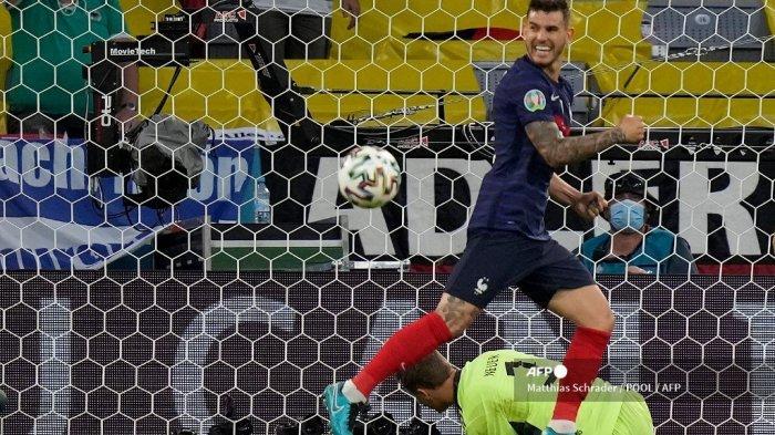 Bek Prancis Lucas Hernandez merayakan setelah penampilannya dibelokkan melewati kiper Jerman Manuel Neuer (belakang) selama pertandingan sepak bola Grup F UEFA EURO 2020 antara Prancis dan Jerman di Allianz Arena di Munich pada 15 Juni 2021. Matthias Schrader / POOL / AFP