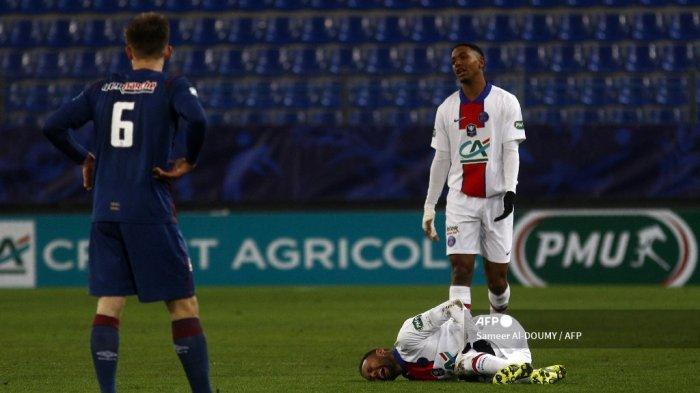 Bek Prancis Paris Saint-Germain Abdou Diallo mengeluh ketika pemain depan Paris Saint-Germain asal Brasil Neymar berbaring di lapangan selama pertandingan sepak bola babak 64 besar Piala Prancis antara Stade Malherbe Caen dan Paris Saint-Germain di Stadion Michel-d'Ornano di Caen, barat laut Prancis pada 10 Februari 2021. Sameer Al-DOUMY / AFP