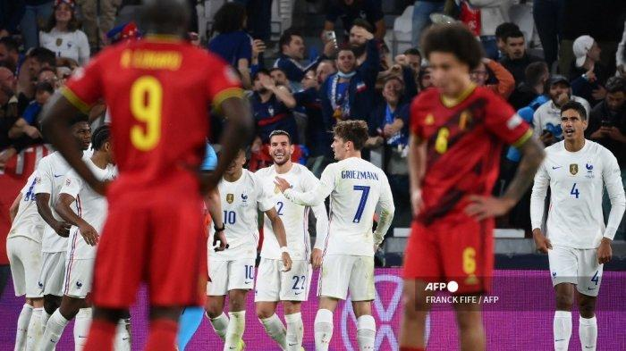 Bek Prancis Theo Hernandez merayakan dengan rekan satu timnya setelah mencetak gol selama pertandingan sepak bola semi final UEFA Nations League antara Belgia dan Prancis di stadion Juventus di Turin, pada 7 Oktober 2021.