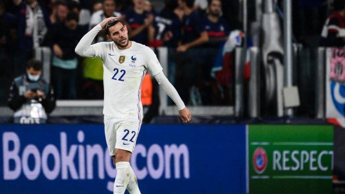 Bek Prancis Theo Hernandez merayakan setelah mencetak gol selama pertandingan sepak bola semi final UEFA Nations League antara Belgia dan Prancis di stadion Juventus di Turin, pada 7 Oktober 2021. FRANCK FIFE / AFP