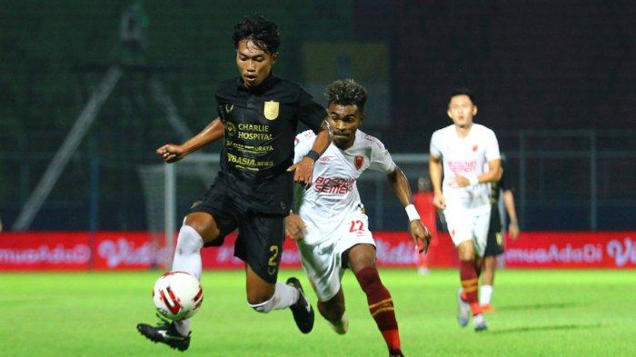 BEREBUT BOLA - Bek PSIS Semarang, Riyan A menguasai bola dibayangi striker  PSM Makassar, Yakob Sayuri dalam perempat final Piala Menpora di Stadion Kanjuruhan Kepanjen, Kabupaten Malang, Jumat (9/4/2021). SURYA/HAYU YUDHA PRABOWO