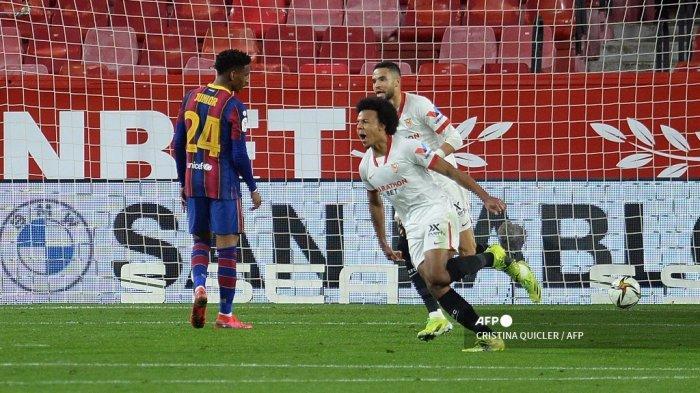Bek Sevilla Prancis Jules Kounde (depan kanan) melakukan selebrasi setelah mencetak gol pada pertandingan leg pertama semifinal Copa del Rey Spanyol (Piala Raja) antara Sevilla dan Barcelona di stadion Ramon Sanchez Pizjuan di Seville pada 10 Februari 2021. CRISTINA QUICLER / AFP